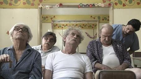León Ferrari, Horacio González, y Rodolfo Fogwill acompañan a Laiseca y a Pangaro en esta escena del neuropsiquiátrico