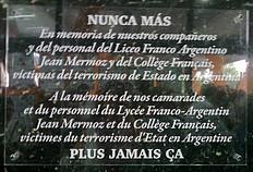 Placa colocada en el hall de entrada del Liceo Jean Mermoz.