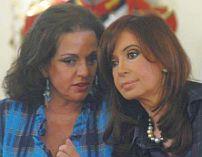 Otros tiempos. Nilda y Cristina antes de la ceremonia de nombramiento de la flamante ministro de Seguridad. Foto del diario Perfil.