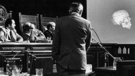León Arslanian, atento a la exposición que Clyde Snow hizo en el juicio a las Juntas en 1986.
