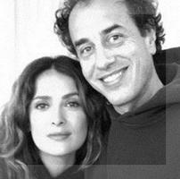Salma Hayek y Matteo Garrone posan tras el acuerdo que firmaron en el marco del último Festival de Cannes.