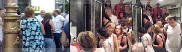 Afuera del teatro, se lo ve (adivina más bien) a Coco Blaustein. Adentro, la escalera que conduce a la sala, abarrotada de gente que se quedó sin poder escuchar la lectura pública del manifiesto.