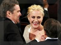 Patricia Arquette celebra el anuncio de su premio con Ethan Hawk y, de espaldas, Richard Linklater.