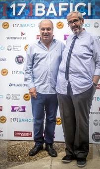 Lombardi y Panozzo posan junto a los logos de las empresas que auspician el BAFICI. La foto es gentileza de la gente deprensa del festival.