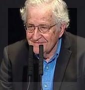 En el Teatro cervantes, Chomsky fue ovacionado como una estrella de rock.
