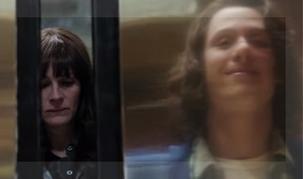 La agente Jess y el principal sospechoso, a punto de cruzarse en el ascensor.