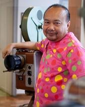 Rithy Panh detrás de cámara. El muñequito de arcilla que lo representa lleva la misma chomba a colores.
