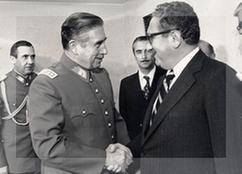 «Reunión Pinochet - Kissinger» de Ministerio de Relaciones Exteriores de Chile. - Archivo General Histórico del Ministerio de Relaciones Exteriores ([1]). Disponible bajo la licencia CC BY 2.0 cl vía Wikimedia Commons -