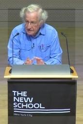 Noam Chomsky al frente del auditorio John L. Tishman.