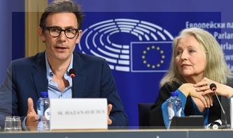Michel Hazanavicius y HannaSchygulla en el Parlamento Europeo.