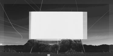 Esta foto de Hiroshi Sugimoto alimenta ciertas fantasías en torno a la idea de una sala de cine alimentada por energía solar .