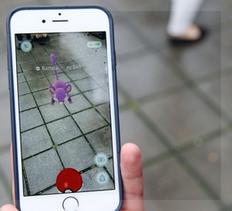 El Pokemon Go imprime criaturitas multicolores en la porción de realidad que vemos a través del visor de nuestro celular.