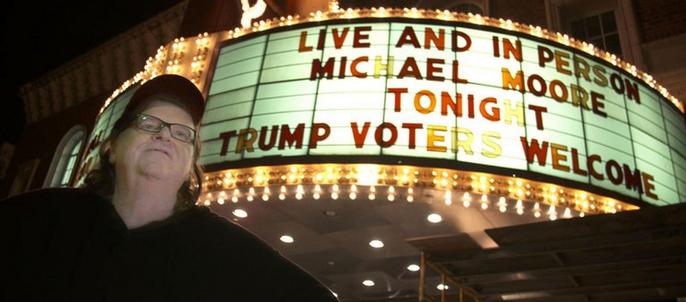 Detrás de Moore, la cartelera del Teatro Murphy de Wilmington donde tuvo lugar el stand up.
