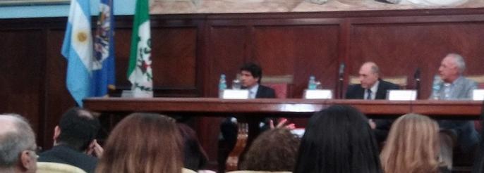 Raúl Zaffaroni ayer, en el Aulua Magna de la Facultad de Derecha. Lo escoltan, a su derecha, Alejandro Slokar y, a su izquierda, Fernando Tenorio tagle. Foto de Espectadores.