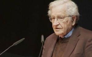 Noam Chomsky en una de sus conferencias.