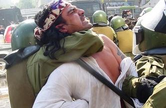 Aunque también circuló en las redes sociales para ilustrar la represión en Cushamen, esta imagen corresponde a otro operativo represivo contra la resistencia mapuche en Chile.