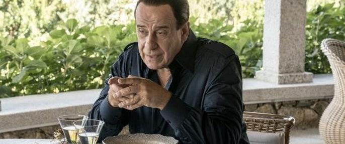 Toni Servillo caracterizado como il Cavaliere.